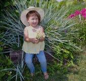 Το πρόσωπο παιδιών ανθίζει το ευτυχές νέων χαριτωμένο καλοκαίρι ομορφιάς κηπουρικής φύσης λουλουδιών κήπων παιδικής ηλικίας λιβαδ στοκ φωτογραφίες
