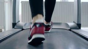 Το πρόσωπο ποδιών πηγαίνει treadmill στη λέσχη ικανότητας φιλμ μικρού μήκους