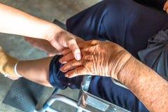 Το πρόσωπο που τραυματίζεται κάθεται στην αναπηρική καρέκλα Στοκ Εικόνα