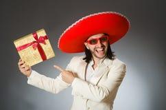 Το πρόσωπο που φορά το καπέλο σομπρέρο στην αστεία έννοια Στοκ Εικόνες
