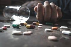 Το πρόσωπο που χρησιμοποιεί την υπερβολική δόση φαρμάκων και θα είναι πηγαίνει στο θάνατο αυτό το con Στοκ φωτογραφίες με δικαίωμα ελεύθερης χρήσης