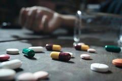 Το πρόσωπο που χρησιμοποιεί την υπερβολική δόση φαρμάκων και θα είναι πηγαίνει στο θάνατο αυτό το con Στοκ φωτογραφία με δικαίωμα ελεύθερης χρήσης
