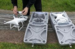 Το πρόσωπο προετοιμάζει δύο κηφήνες για μια πτήση Στοκ φωτογραφία με δικαίωμα ελεύθερης χρήσης