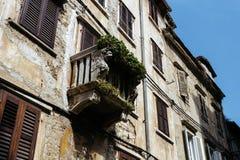 Το πρόσωπο στο μπαλκόνι των παλαιών ευρωπαϊκών κτηρίων σε Rovinj, Κροατία Στοκ εικόνα με δικαίωμα ελεύθερης χρήσης