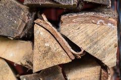 Το πρόσωπο τελών συνδέεται έναν woodpile, καυσόξυλο Στοκ εικόνα με δικαίωμα ελεύθερης χρήσης