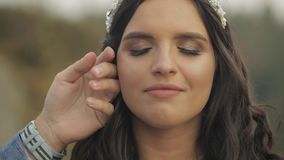 Το πρόσωπο της όμορφης νύφης Οι νεόνυμφοι δίνουν ήπια χαϊδεύουν το μάγουλό της απόθεμα βίντεο