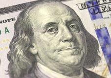 Το πρόσωπο του Benjamin Franklin αμερικανικά εκατό ή 100 δολάριο τιμολογεί τη μακροεντολή, κινηματογράφηση σε πρώτο πλάνο Ηνωμένω Στοκ Εικόνα