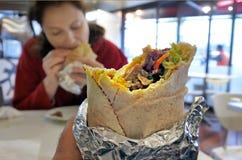 Το πρόσωπο τρώει το περικάλυμμα Kebab Στοκ Εικόνες
