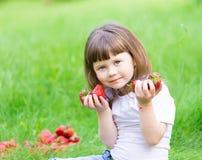 Το πρόσωπο, φράουλα που τρώει, διασκέδαση, κλείνει επάνω στοκ εικόνα