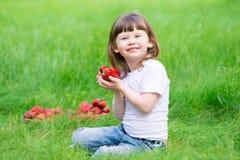 Το πρόσωπο, φράουλα που τρώει, διασκέδαση, κλείνει επάνω στοκ φωτογραφία
