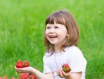 Το πρόσωπο, φράουλα που τρώει, διασκέδαση, κλείνει επάνω στοκ εικόνα με δικαίωμα ελεύθερης χρήσης