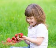 Το πρόσωπο, φράουλα που τρώει, διασκέδαση, κλείνει επάνω στοκ φωτογραφίες με δικαίωμα ελεύθερης χρήσης