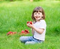 Το πρόσωπο, φράουλα που τρώει, διασκέδαση, κλείνει επάνω στοκ εικόνες με δικαίωμα ελεύθερης χρήσης