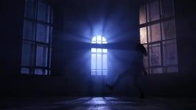 Το πρόσωπο χορευτών κοριτσιών στο θεατή κάνει εκτελεί, σκιαγραφία κίνηση αργή απόθεμα βίντεο