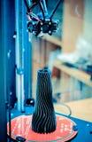 Το πρότυπο αντικείμενο που τυπώνεται στον τρισδιάστατο εκτυπωτή είναι μέσα στον τρισδιάστατο εκτυπωτή Στοκ φωτογραφία με δικαίωμα ελεύθερης χρήσης
