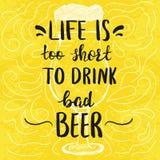 Το πρότυπο αφισών με το γυαλί και το χέρι μπύρας η φράση απεικόνιση αποθεμάτων