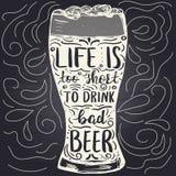 Το πρότυπο αφισών με το γυαλί και το χέρι μπύρας η φράση ελεύθερη απεικόνιση δικαιώματος