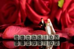 Το πρότυπο γαμήλιο ζεύγος με την περίπτωση λέξης στις χάντρες και αυξήθηκε ανθοδέσμη Στοκ φωτογραφία με δικαίωμα ελεύθερης χρήσης