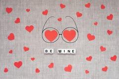 Το πρότυπο ημέρας βαλεντίνων, η ευχετήρια κάρτα με πολλές κόκκινες καρδιές, η μεγάλη καρδιά δύο eyeglasses doodle και το κείμενο  στοκ εικόνα