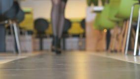 Το πρότυπο διαφημίζει τις κοντές μπότες από το μαύρο δέρμα απόθεμα βίντεο