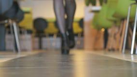 Το πρότυπο διαφημίζει τις κοντές μπότες από το μαύρο δέρμα φιλμ μικρού μήκους