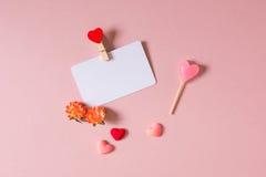 Το πρότυπο καρτών πίστωσης/επίσκεψης με το σφιγκτήρα, άνοιξη ανθίζει, καραμέλα και μικρές καρδιές Στοκ Εικόνες