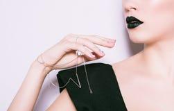 Το πρότυπο κορίτσι μόδας ομορφιάς με το Μαύρο αποτελεί Καθιερώνον τη μόδα μανικιούρ μόδας Στοκ εικόνες με δικαίωμα ελεύθερης χρήσης