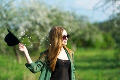 Το πρότυπο κοριτσιών σε έναν κήπο Apple-δέντρων Στοκ εικόνες με δικαίωμα ελεύθερης χρήσης