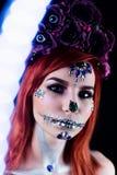 Το πρότυπο μόδας με το κρανίο αποκριών makeup με ακτινοβολεί και rhinestones Στοκ εικόνες με δικαίωμα ελεύθερης χρήσης