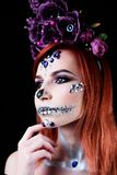 Το πρότυπο μόδας με το κρανίο αποκριών makeup με ακτινοβολεί και rhinestones Στοκ φωτογραφία με δικαίωμα ελεύθερης χρήσης