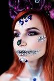Το πρότυπο μόδας με το κρανίο αποκριών makeup με ακτινοβολεί και rhinestones Στοκ Φωτογραφία