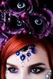 Το πρότυπο μόδας με το κρανίο αποκριών makeup με ακτινοβολεί και rhinestones Στοκ Εικόνες