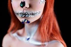 Το πρότυπο μόδας με το κρανίο αποκριών makeup με ακτινοβολεί και rhinestones Στοκ φωτογραφίες με δικαίωμα ελεύθερης χρήσης
