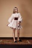 Το πρότυπο μόδας θέτει το πρόσθιο ύφασμα σχεδιαστών θερινής συλλογής καταλόγων Στοκ Εικόνα