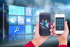 Το πρότυπο παρουσιάζει smartphones οθόνη σε κάθε χέρι στο ψηφιακό κλίμα διεπαφών Στοκ Φωτογραφίες