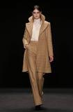 Το πρότυπο περπατά το διάδρομο στη επίδειξη μόδας της Vivienne Tam κατά τη διάρκεια της πτώσης του 2015 εβδομάδας μόδας της Merce Στοκ φωτογραφία με δικαίωμα ελεύθερης χρήσης