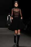 Το πρότυπο περπατά το διάδρομο στη επίδειξη μόδας της Vivienne Tam κατά τη διάρκεια της πτώσης του 2015 εβδομάδας μόδας της Merce Στοκ Φωτογραφία