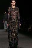 Το πρότυπο περπατά το διάδρομο στη επίδειξη μόδας της Vivienne Tam κατά τη διάρκεια της πτώσης του 2015 εβδομάδας μόδας της Merce Στοκ εικόνα με δικαίωμα ελεύθερης χρήσης