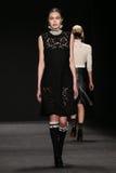 Το πρότυπο περπατά το διάδρομο στη επίδειξη μόδας της Vivienne Tam κατά τη διάρκεια της πτώσης του 2015 εβδομάδας μόδας της Merce Στοκ Εικόνες
