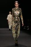 Το πρότυπο περπατά το διάδρομο στη επίδειξη μόδας της Vivienne Tam κατά τη διάρκεια της πτώσης του 2015 εβδομάδας μόδας της Merce Στοκ φωτογραφίες με δικαίωμα ελεύθερης χρήσης