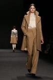 Το πρότυπο περπατά το διάδρομο στη επίδειξη μόδας της Vivienne Tam κατά τη διάρκεια της πτώσης του 2015 εβδομάδας μόδας της Merce Στοκ Εικόνα