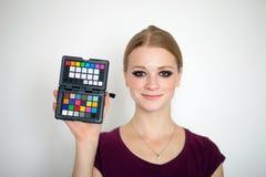 Το πρότυπο πορτρέτο δοκιμής με τις νέες όμορφες redhead φακίδες διαμορφώνει την πρότυπη τοποθέτηση στο άσπρο υπόβαθρο με το φυσικ Στοκ Εικόνα