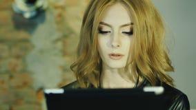 Το πρότυπο φαίνεται γυναίκα που απολαμβάνει ένα πιάτο σε έναν καφέ απόθεμα βίντεο