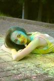Το πρότυπο χαμόγελου βρίσκεται στο πεζοδρόμιο με τη σκόνη χρώματος Στοκ Φωτογραφίες