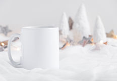 Το πρότυπο όρισε την εικόνα προϊόντων αποθεμάτων, άσπρη κούπα ότι μπορείτε να προσθέσετε το σχέδιο/το απόσπασμα συνήθειάς σας Στοκ εικόνες με δικαίωμα ελεύθερης χρήσης