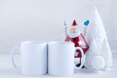 Το πρότυπο όρισε την εικόνα προϊόντων αποθεμάτων, δύο άσπρες κούπες ότι μπορείτε να προσθέσετε το σχέδιο/το απόσπασμα συνήθειάς σ Στοκ εικόνα με δικαίωμα ελεύθερης χρήσης