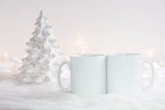 Το πρότυπο όρισε την εικόνα προϊόντων αποθεμάτων, δύο άσπρες κούπες ότι μπορείτε να προσθέσετε το σχέδιο/το απόσπασμα συνήθειάς σ Στοκ Εικόνες