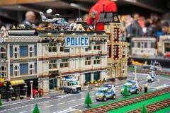 Το πρότυπο Lego αστυνομικών τμημάτων, με τα αυτοκίνητα και το ελικόπτερο στο ρ Στοκ Εικόνα
