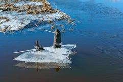 Το πρώιμο ελατήριο, ο πάγος έρχεται από τις λίμνες, πάγος την άνοιξη στον ποταμό, ο λειωμένος πάγος που κατεβαίνουν από τη λίμνη Στοκ εικόνες με δικαίωμα ελεύθερης χρήσης