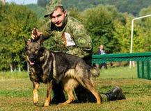 Το πρώτο πρωτάθλημα της εθνικής αστυνομίας της Ουκρανίας με τους ολόγυρους χειριστές σκυλιών Στοκ φωτογραφίες με δικαίωμα ελεύθερης χρήσης